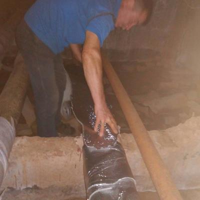 Теплоізоляції труб в підвальному приміщенні житлового будинку № 6 на вулиці Якуба Коласа.