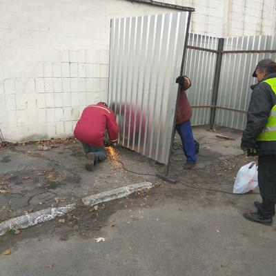 Встановлення огорожі для сміттєвих баків по вул. Булаховського 30