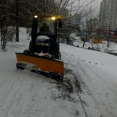 Працівники житлово-експлуатаційних дільниць розчищають тротуари та придомові території від снігу
